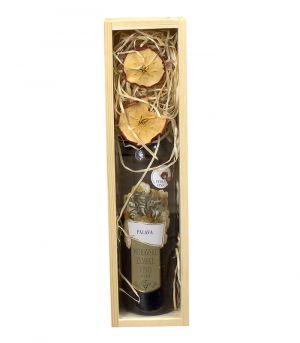 Dekoračně balená láhev vína v dřevěné krabici Nabu